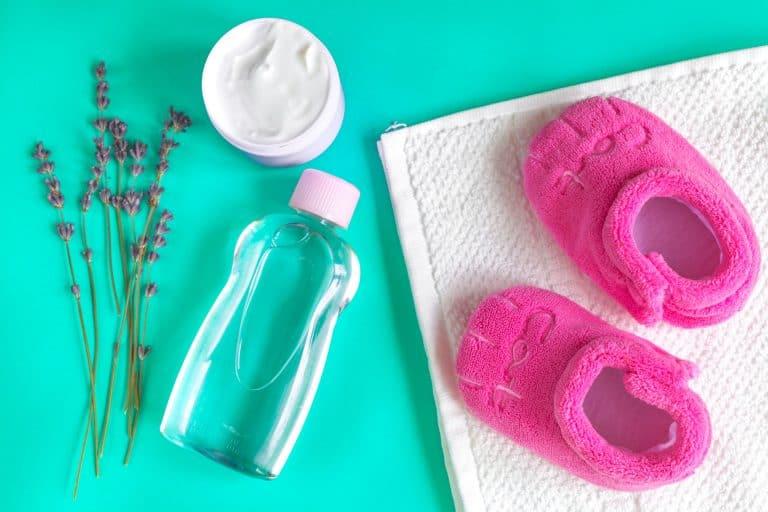 Babyöl mit Lavendel und Hausschuhen