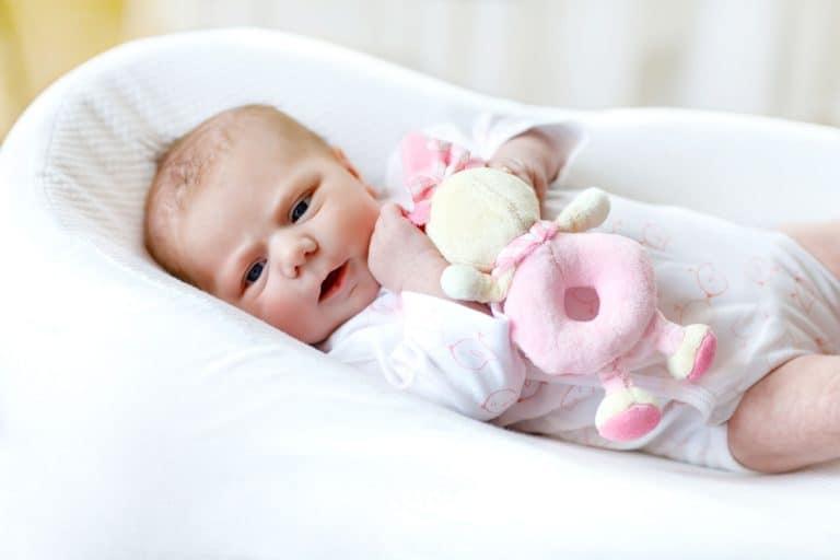 Baby mit Rassel