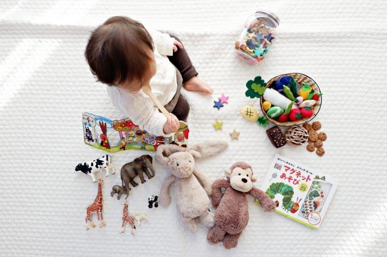 Baby inmitten von Spielzeug