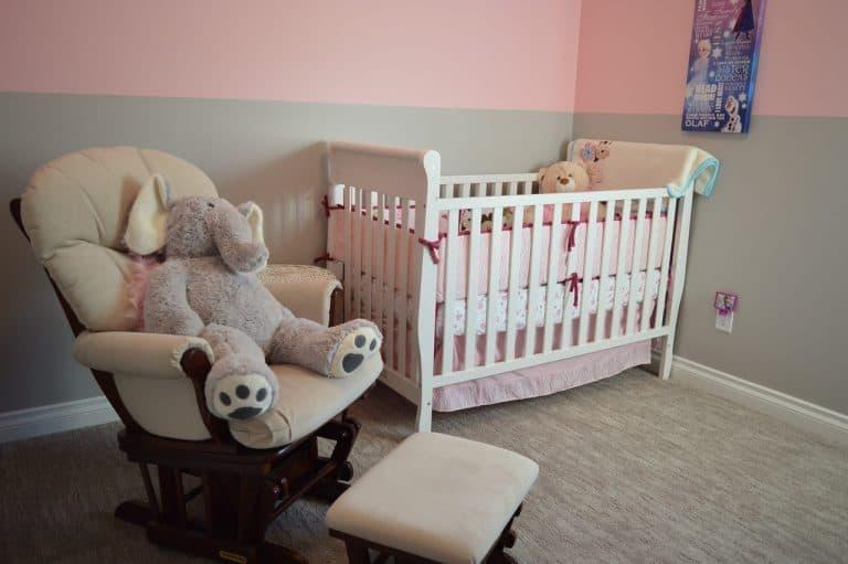 Kinderzimmer mit Bett und Schaukelstuhl