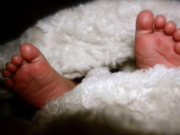Babyfüße in Kuscheldecke