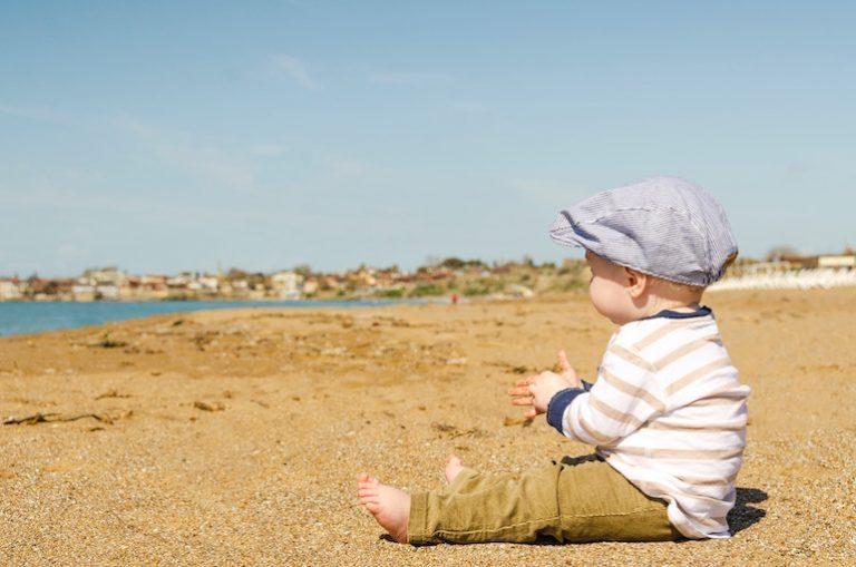 Ein Baby am Strand