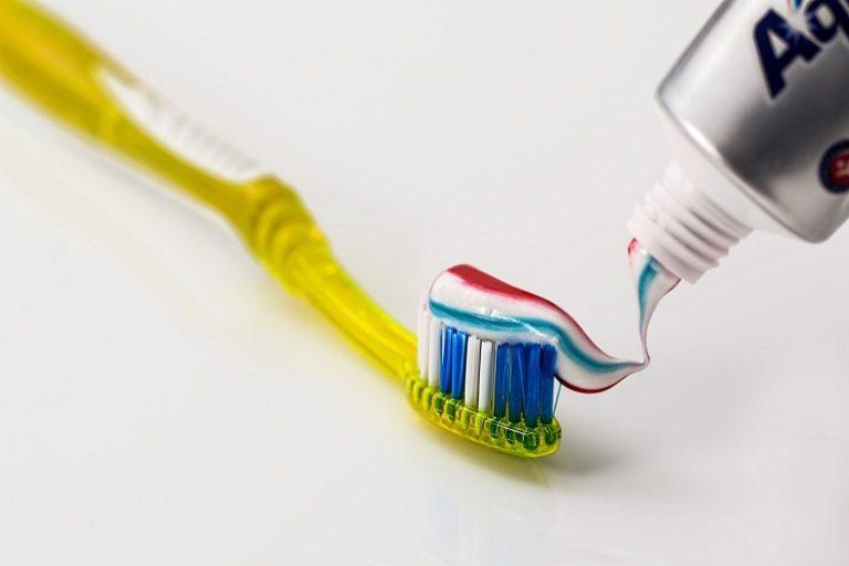 Eine Zahnbürste mit Zahnpasta