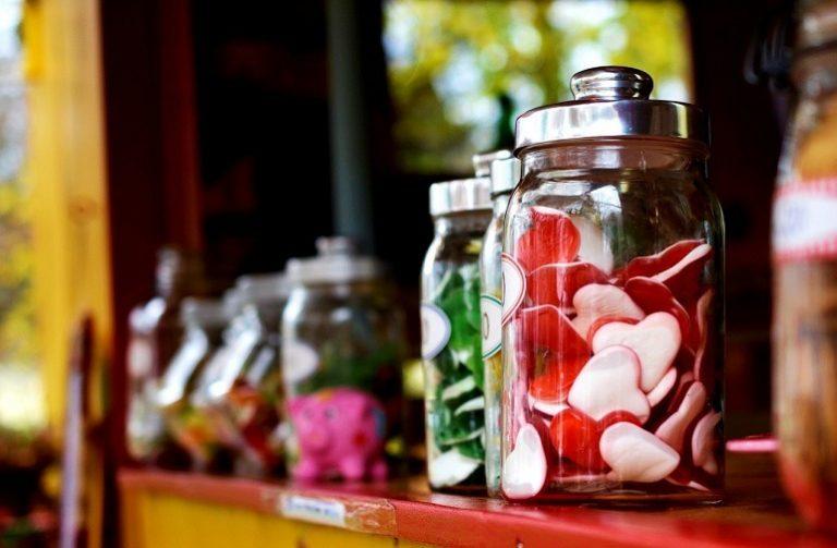 Gläser mit Süßigkeiten auf einem Regal